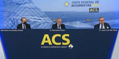 De izquierda a derecha, el hasta ahora consejero delegado de ACS, Marcelino Fernández Verdes, el presidente Florentino Pérez, y el secretario del consejo, José Luis del Valle, durante la junta de accionistas.