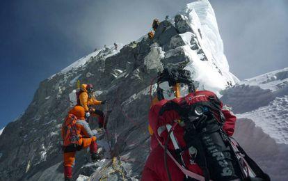 Alpinistas ascendiendo el monte Everest.