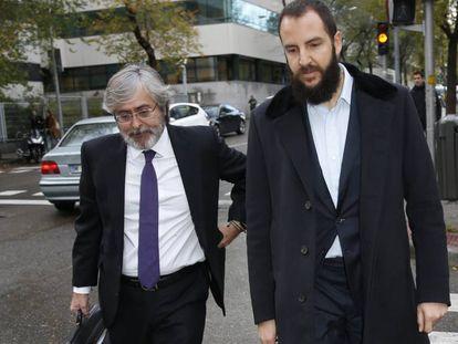 Borja Thyssen, con su abogado, a su llegada al juzgado.