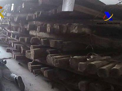 La Guardia Civil detiene a cuatro personas en una nave de Sabinillas (Málaga) donde ocultaban la droga en troncos.