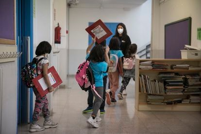 Alumnos del colegio Eduard Marquina de Barcelona, un centro con horario continuo, saliendo del centro al final de la jornada.