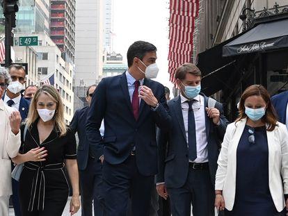 Pedro Sánchez (en el centro) pasea por Nueva York durante el viaje oficial a EE UU, el pasado 21 de julio.