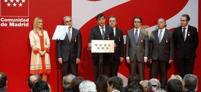 La presidenta regional Cristina Cifuentes con los seis rectores madrileños.