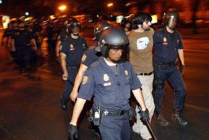 El periodista Gorka Ramos, en el momento de su detención por la policía.
