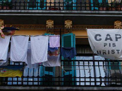 Carteles contra los pisos turísticos en Barcelona.