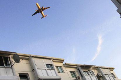 Un avión en el cielo sobre San Fernando de Henares.
