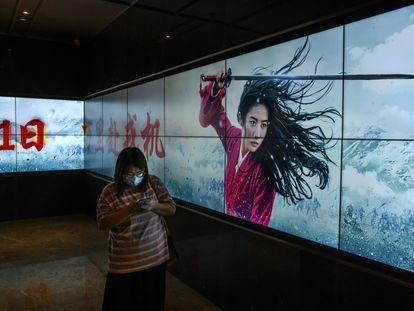 Una mujer pasa ante el tráiler de 'Mulan' en Pekín el pasado 11 de septiembre.