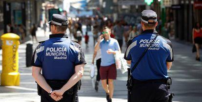 Agentes de la Policía Municipal de Madrid, en una céntrica calle de la capital.