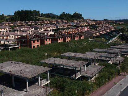 Chalés terminados y a medio construir en la urbanización Costa Miño, en una imagen del pasado miércoles.