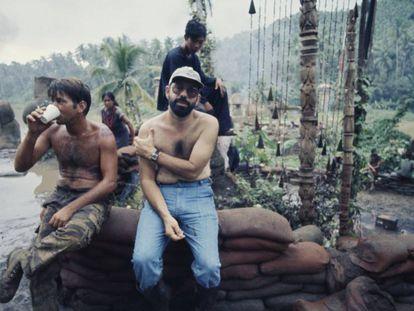 Martin Sheen y Francis Ford Coppola en el rodaje de 'Apocalypse Now'. El director adelgazó 50 kilos durante el pedregoso proceso de la película. El actor tuvo un infarto y estuvo seis semanas de baja. En vídeo, el trailer de la película.