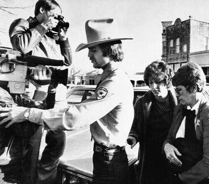La enfermera Genene Jones, en 1984, de camino al juicio.