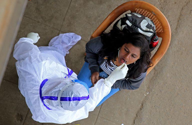 Un mujer se hace un test de coronavirus en Bangalore (India), donde ya se han detectado seis nuevos casos de la nueva variante detectada en Reino Unido.