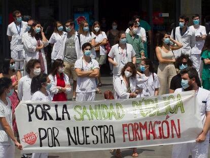 Concentración de Residentes frente a la puerta principal del Hospital de la Paz, este jueves.