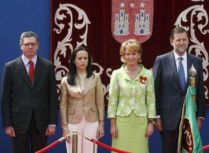 En la tribuna que ha presidido el desfile, de izquierda a derecha: el alcalde de Madrid, Alberto Ruíz-Gallardón; la ministra de Vivienda, Beatriz Corredor; la presidenta de la Comunidad, Esperanza Aguirre; y el presidente del PP, Mariano Rajoy