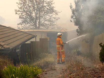 Un bombero en Adelaida, Australia, este viernes.