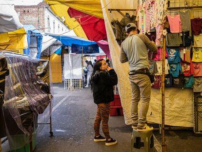 Dos comerciantes en el tianguis del barrio de Tepito, en Ciudad de México.