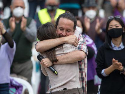 La ministra de Igualdad, Irene Montero, y el candidato de Unidas Podemos a la Comunidad de Madrid, Pablo Iglesias, se abrazan durante un acto electoral del partido, este viernes en el Parque Olof Palme de Usera, Madrid.