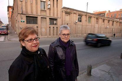 Rosa Frisach y Mercé Duran, enfermas por inhalar amianto, frente a la antigua fábrica de Uralita.