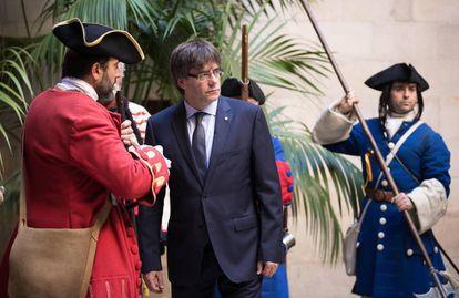 El presidente de la Generalitat, Carles Puigdemont, recibe a la Coronela y los Miquelets en la Diada de 2016.