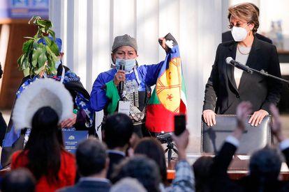 La doctora Elisa Loncón da un discurso tras ser electa presidenta de la convención constituyente de Chile.