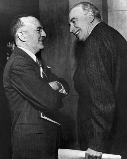 Harry Dexter White charla con John Maynard Keynes (derecha) en 1946.