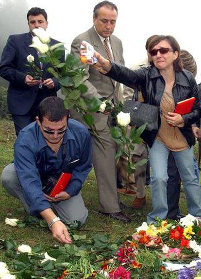 Rosa Lamps, viuda de Felipe Antonio Parto, lanza rosas sobre el lugar del accidente en octubre de 2003.