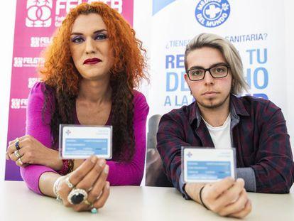 Victoria Gómez y Rubén Castro, dos personas trans, en la sede de Médicos del Mundo.
