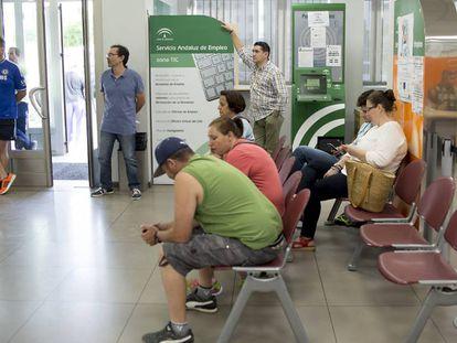 Varias personas esperan su turno en la oficina de empleo de la localidad de Dos Hermanas, Sevilla.