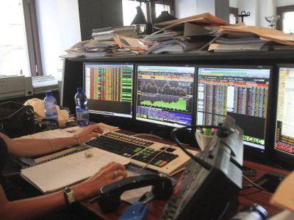 En la imagen, actividad de los operadores de bolsa en un banco de Milán.