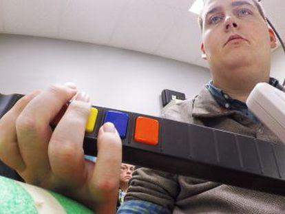 Un chico paralizado logra tocar la guitarra con un sistema que puentea su lesión medular