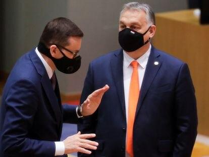 El primer ministro polaco, Mateusz Morawiecki (izquierda), y su colega húngaro, Viktor Orbán, hablan en la cumbre del pasado mes de diciembre en Bruselas.