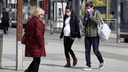 Varias personas caminan por la calle en Terrassa este viernes.
