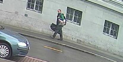 Imagen del principal sospechoso del ataque con la motosierra en Suiza, captada minutos antes del suceso.