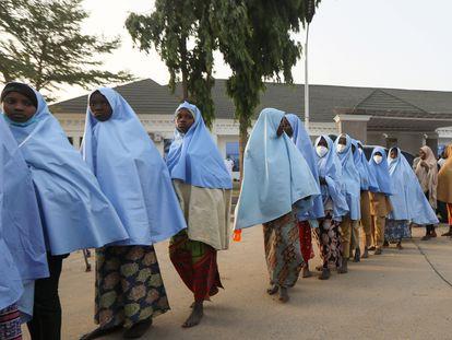 Decenas de niñas secuestradas en Zamfara, en el noroeste de Nigeria, tras ser puestas en libertad el pasado 2 de marzo.