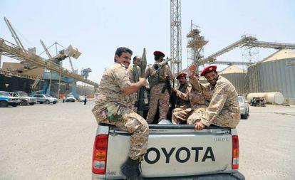 Un grupo de rebeldes Huthi abandona el puerto yemení de Hodeida, este sábado.