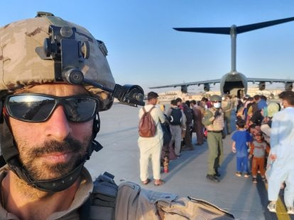 Javier Escorihuela, en el aeropuerto de Kabul durante la misión de evacuación.