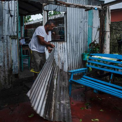 A man remove parts of a damaged construction caused by the landfall of Hurricane Grace in Tecolutla, Veracruz, Mexico, on August 21, 2021. - Hurricane Grace lashed eastern Mexico with heavy rain and strong wind on Saturday, causing flooding, power blackouts and damage to homes as it gradually lost strength over the mountainous interior. (Photo by VICTORIA RAZO / AFP)