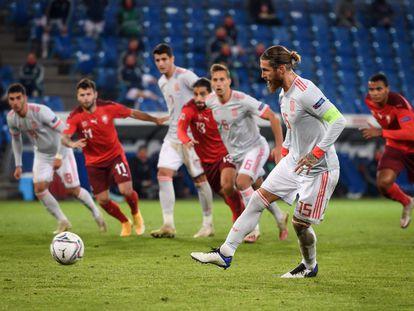 Sergio Ramos lanza el segundo penalti que erró este sábado ante Suiza en Basilea.