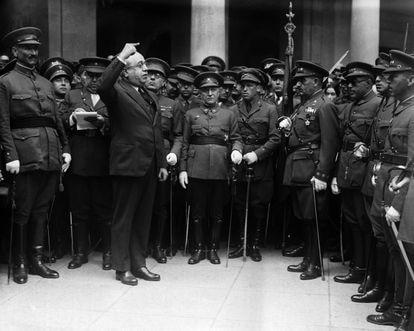 Manuel Azaña, cuando desempeñaba el cargo de ministro de la Guerra, pronuncia un discurso en la Academia militar de Toledo, el 7 de octubre de 1931. A la izquierda, el general Queipo de Llano, uno de los golpistas de 1936.