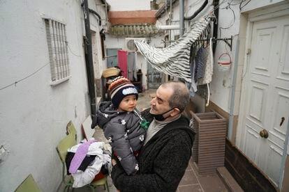 Jesús Rico, 49 años, junto a su nieto Saúl en uno de los dos patios de Peironcely, 10