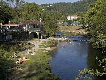 El río Tea a su paso por el balneario de Mondariz