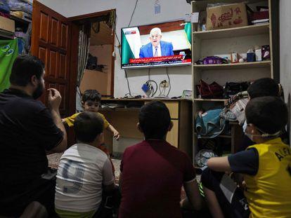 Miembros de una familia palestina siguen el jueves desde Gaza el discurso del presidente palestino, Mahmud Abbas.