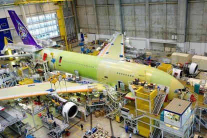 Cadena de montaje de un avión en el hangar Lagardère de la fábrica de Airbus en Toulouse.