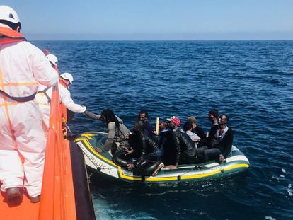 Rescate de 19 emigrantes en aguas del Estrecho el pasado martes.