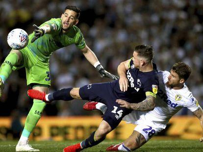 El portero del Leeds, Kiko Casilla, trata de detener un disparo de Jack Marriott, del Derby County.