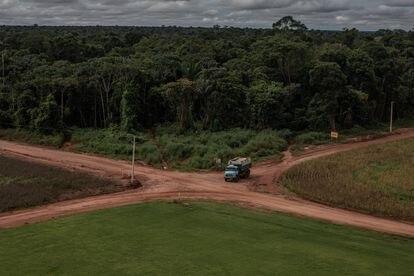 Un camión circula dentro de una hacienda en las afueras de Sinop, en la Amazonia. La ley obliga a preservar la vegetación en el 80% de cada propiedad rural.