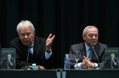 Felipe Gonzalez y Carlos Solchaga durante la presentación del libro de este último, 'Las cosas como son', en el Círculo de Bellas Artes.