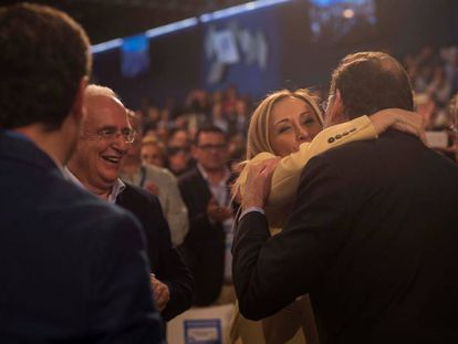 Mariano Rajoy saluda a Cristina Cifuentes durante la Convención Nacional del PP celebrada en abril en Sevilla.