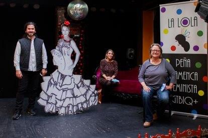 Mario González, Sonia Arnáiz y Carmen Rodríguez (de izquierda a derecha), fundadores de 'La Lola', la primera peña flamenca LGTBI+ de España, en su sede en La Guarida del Ángel de Jerez de la Frontera.