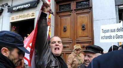 Simpatizantes de Garzón se manifiestan este martes ante el Supremo.